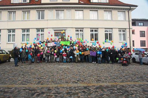 Wir sind bunt aber nicht blöd – von der Treppe des Rathauses aus lassen die Teilnehmer ihre bunten Luftballons in den Himmel steigen. Foto: Rapthel-Kieser