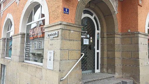Das Geschäft ist vorübergehend geschlossen heißt es nun schon seit Anfang April an der Pforte der Salzgrotte an der Karlstraße. Die Betreiberfamilie mit drei Kindern ist spurlos verschwunden. Foto: Vollmer