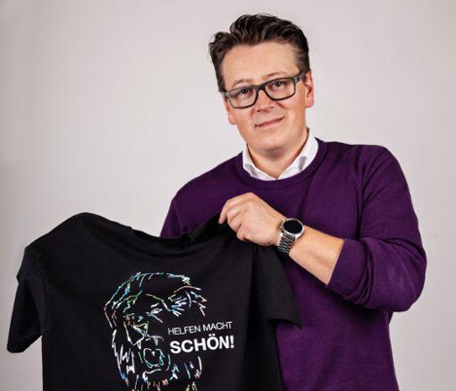 Holger Fetzer präsentiert das T-Shirt zum Villinger Nightgroove.  Foto: KreatiFabrik