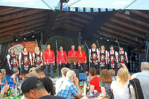 Die Singgruppe Feuervogel startet das Programm des Fests der Nationen mit russischen Liedern.  Foto: Scharnowski Foto: Schwarzwälder Bote