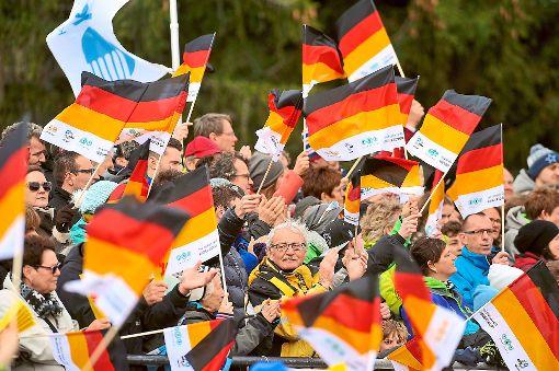 Bei der Siegerpräsentation gehen die Fahnen der deutschen Fans in die Höhe. Foto: Sigwart