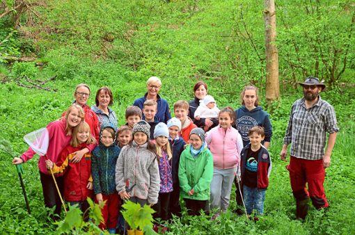 Die Mädchen und Jungen der Marbacher Naturforscher AG sowie einige Erwachsene waren am Talbach zu einer gründlichen Reinigungsaktion unterwegs.   Foto: Kaletta Foto: Schwarzwälder Bote