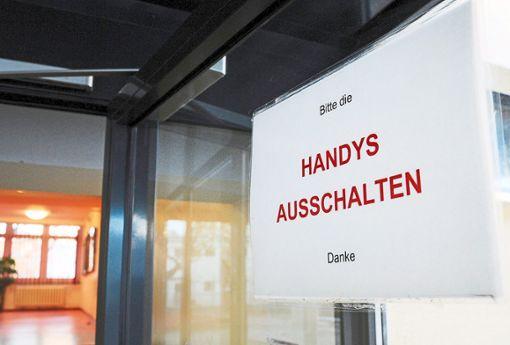 Bitte die Handys ausschalten  – solche Hinweise gibt es mittlerweile vielerorts. Wie es an den Schulen geregelt wird, ist in Baden-Württemberg allerdings unterschiedlich.  Foto: Jensen