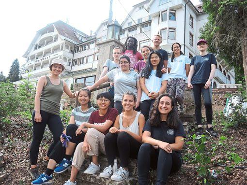 Freiwillige  aus zehn Nationen arbeiten derzeit an den Außenanlagen des ehemaligen Hotels Waldlust.    Foto: Denkmalverein
