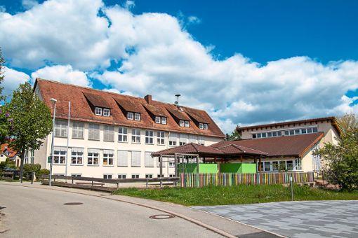 Unter anderem inverstiert die Stadt in Brandschutzmaßnahmen am Effringer Schulgebäude.   Foto: Geisel Foto: Schwarzwälder Bote