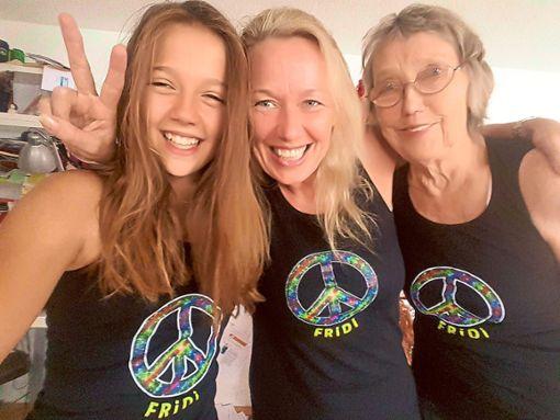 Sucht im Falle einer Wahl eine lustige WG in Hardt: Fridi Miller (Mitte), hier mit ihrer Tochter Milli (12) und Mutter Helene (81) – stilecht ausgestattet mit ihren Fridi-Peace-Shirts. Foto: Privat