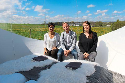 Zelt mit Ausblick in die Landschaft: Alexandra Limberger (von links), Markus Spettel und Andrea Meiers präsentieren das Bubble-Tent, das gebucht werden kann.  Foto: Strohmeier Foto: Schwarzwälder Bote