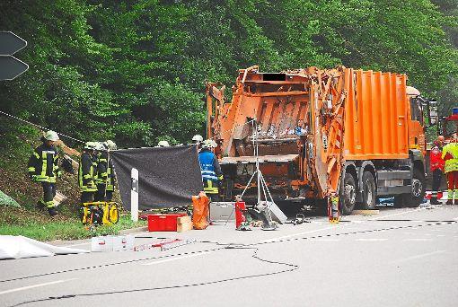 Technischer Fehler oder menschliches Versagen? Zweieinhalb Monate nach dem tragischen Unfall   steht   die  Ursache, warum ein Müllfahrzeug umkippte und  ein Auto mit   fünf Menschen unter sich begrub,    immer noch nicht fest.   Foto: Bernklau Foto: Schwarzwälder-Bote