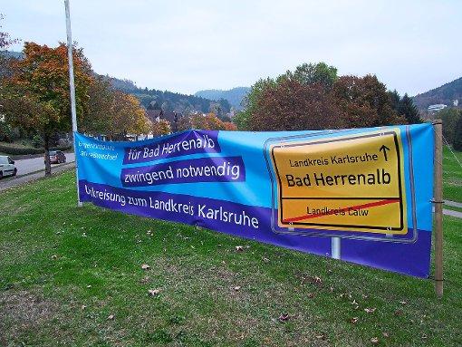 Geworben für den Wechsel Bad Herrenalbs in den Kreis Karlsruhe wurde auf vielen Transparenten. Nun sprach sich auch eine hauchdünne Mehrheit der Bürger bei der Abstimmung dafür aus. Foto: Kugel