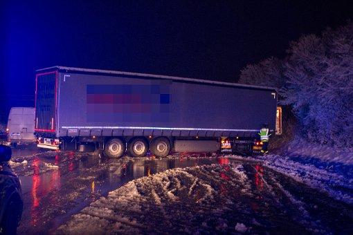 Der Wintereinbruch am Freitag traf vor allem die Autobahn 81 zwischen dem Engelbergtunnel und dem Kreuz Weinsberg. Ein quer stehender Lkw musste vom THW Heilbronn von der Straße geholt werden. Foto: www.7aktuell.de | Yannik Specht