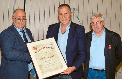 Verbandspräsident Martin Knosp (links)  überreicht  Winfried Schubert die Ehrenurkunde des SBRV.  Foto: Herzog Foto: Schwarzwälder Bote