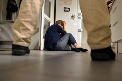 Häusliche Gewalt hat viele Formen. Oft schämen sich betroffene Frauen, darüber zu reden und Hilfe zu holen. Foto: Gambarini