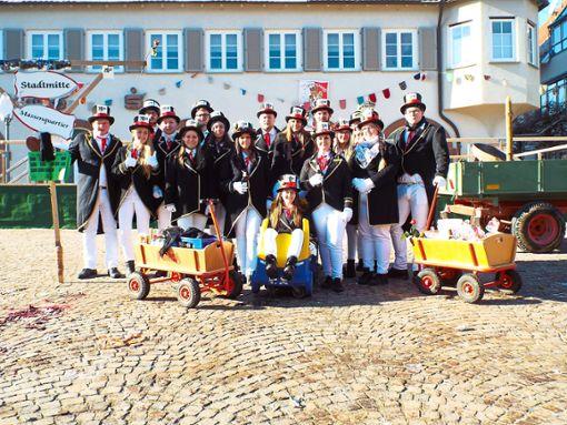 Eine muntere Truppe: die Schömberger 20er am Aschermittwoch beim Heringsverkauf.  Fotos: Visel Foto: Schwarzwälder Bote