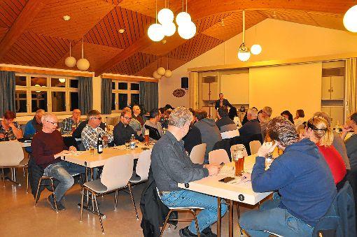 Bürgermeister Thomas Geppert (Mitte) hielt bei der Vereinsvertreter-Versammlung im Feuerwehrgerätehaus zunächst eine Rede. Dann wurden die Termine des Veranstaltungsjahrs 2018 abgesprochen und von einigen die geringe Beteiligung kritisiert. Foto: Steitz