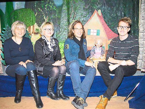 Bunte Figuren  zum Leben zu erwecken ist  das Ziel des Marionettentheaters Karibum in Isingen (von links): Ursula Enslin, Marita Wiest, Dietmar  und Philipp Wessel.    Archiv-Foto: May Foto: Schwarzwälder-Bote