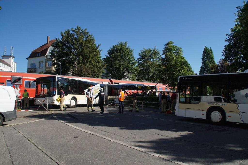 Linienbus kollidiert mit einem Zug
