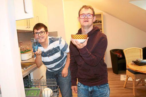 Das Ausräumen der Spülmaschine gehört für Dennis (links) und Thorsten zu den täglichen Pflichten in ihrer Wohnung.  Foto: Störr Foto: Schwarzwälder Bote