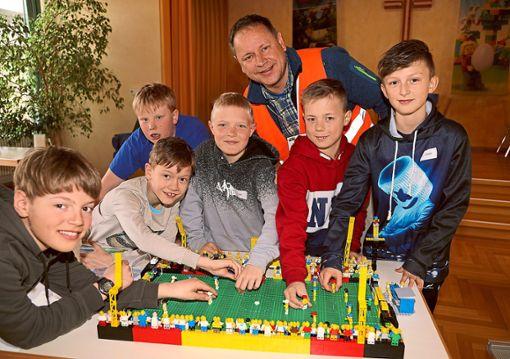 Zur Haiterbacher Legostadt gehörte  auch ein passendes Fußballstadion.  Foto: Priestersbach Foto: Schwarzwälder Bote