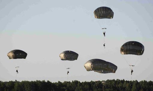 Die Fallschirmspringer sind für die Kritiker nicht das eigentliche Problem. Es geht vielmehr um den zu erwartetenden Fluglärm.  Symbol-Foto: Kulbis Foto: Schwarzwälder Bote