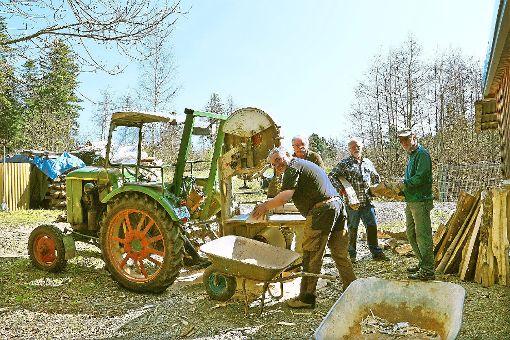 Zum Jubiläum des Bisinger Schützenvereins soll das Vereinsheim wieder richtig glänzen. Dafür haben die Mitglieder in den vergangenen Tagen richtig angepackt.   Foto: Wahl Foto: Schwarzwälder-Bote