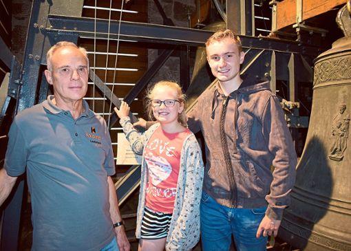 Sie machten auch bei  der größten und schwersten Glocke Halt (von links): Hubert Nagel sowie Pia und Elias Kunz.   Foto: Borho Foto: Schwarzwälder Bote