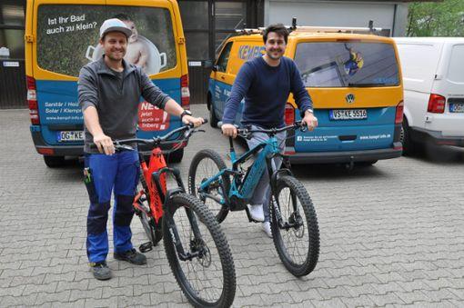 Sebastian Kempf (Geschäftsführer, Klempnermeister, links) und Ruben Kaltenbach (Prokurist, kaufmännische Leitung) fahren selber gerne Mountainbike.  Foto: Stangenberg Foto: Schwarzwälder Bote