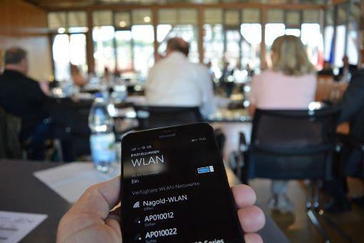 Auch im Sitzungssaal des Rathauses kann jetzt dank freiem WLAN gesurft werden. Foto: Buckenmaier