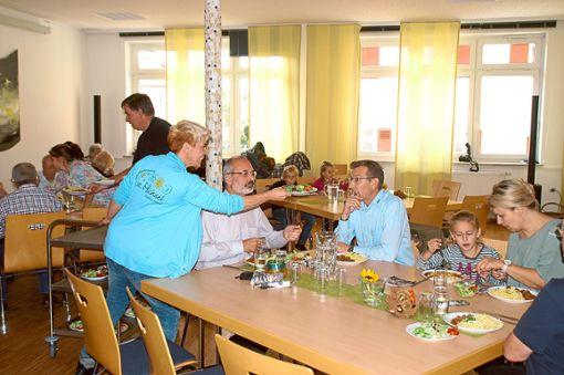 Daniela Hatzenbühler serviert dem Ostdorfer Pfarrer Johannes Hruby und anderen Gästen das Mittagessen. Foto: Schwarzwälder Bote