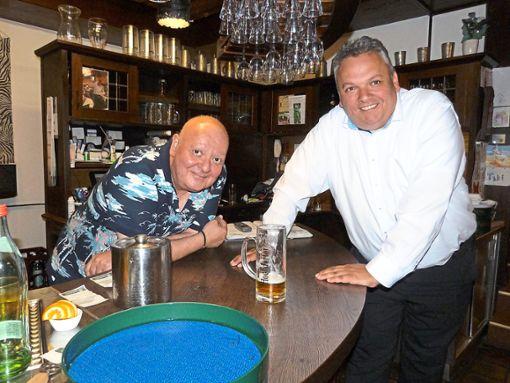 Christos Karypidis, genannt Taki,  wird sein Gemeinderatsmandat nicht antreten. Unser Foto zeigt ihn  im Gespräch mit SPD-Fraktionschef Daniel Steinrode (rechts).   Foto: Bernklau