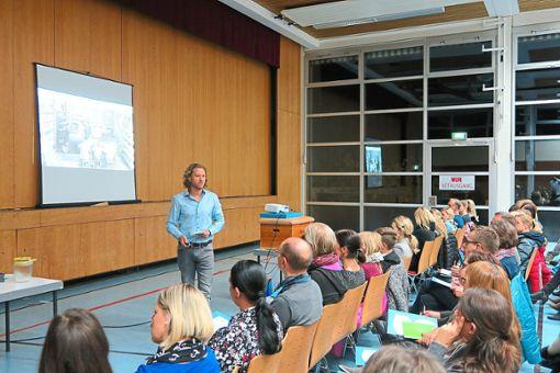 Lerncoach Steffen Steitz gab den Eltern wertvolle Tipps für den schulischen Erfolg ihrer Kinder.   Foto: Morlock Foto: Schwarzwälder Bote