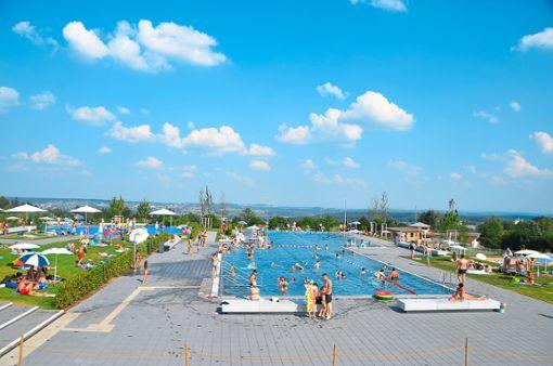 Das kürzlich eröffnete Panorama-Freibad in Freudenstadt lockt jede Menge Besucher an. Foto: Schwark