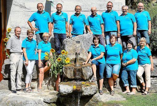 Die ledschden Hogger mit ihren Frauen, dem Ortsvorsteher und ihrem Brunnen beim Fest in Talheim.  Fotos: Morlok Foto: Schwarzwälder Bote