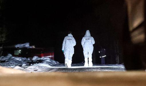 Kriminalbeamte am Tatort im Neuhäuslewald. Foto: Marc Eich