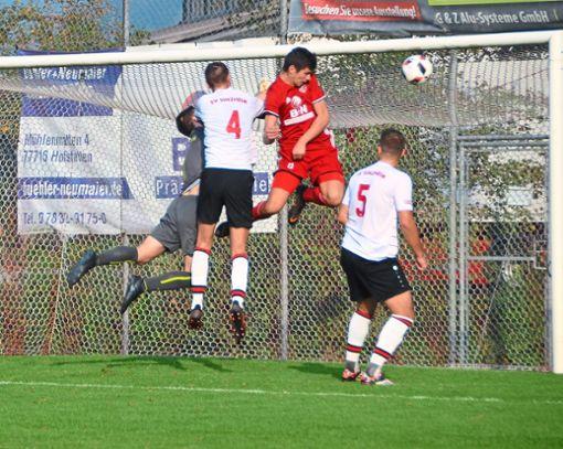 Volltreffer:  Jonas Krämer (Mitte) erzielt hier mit einem wuchtigen Kopfball das 2:1 für den SC Hofstetten.  Foto: Bauer Foto: Schwarzwälder Bote