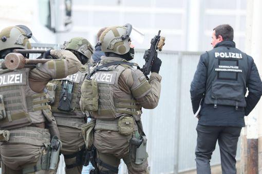 Ein Spezialeinsatzkommando musste anrücken, weil ein psychisch auffälliger Mann sich gegen seine Zwangseinlieferung in eine Fachklinik wehrte.  Foto: Marc Eich