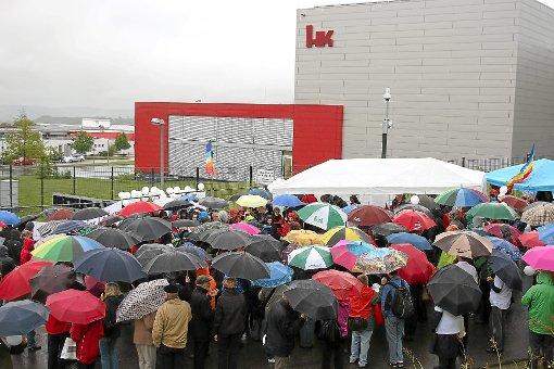 Im Rahmen des IPPNW-Kongresses in Villingen-Schwenningen geben 40 Sänger vor den Werkstoren von Heckler & Koch in Oberndorf ein Demontrations-Konzert.  Foto: Danner Foto: Schwarzwälder-Bote