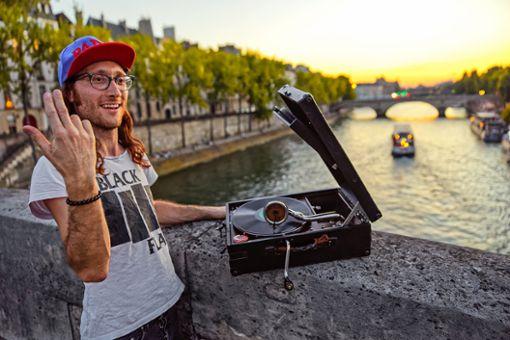Sascha Brosamer bei einer Klangperformance im Sommer letzten Jahres in Paris. Foto: Bruno de Hogues
