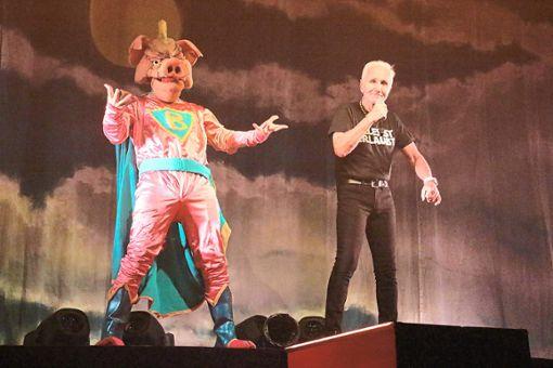 Frontmann Klaus Eberhartinger treibt eine Sau über die Bühne der Balinger Volksbankmesse. Foto: Thiercy