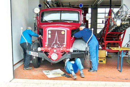 Reparaturbedarf und Rost allenthalben, da musste man auch auf dem Rücken liegend ran, auch wenn das Öl tropfte.  Foto: Feuerwehr Foto: Schwarzwälder Bote