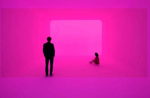 """Wie auf Wolke 7:  Im """"Ganzfeld Apani"""" von James Turrell verflüchtigen sich die Konturen des Raums. Man wird von farbigem Licht umspült. Foto: Florian Holzherr"""
