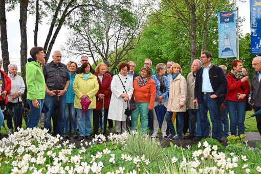 Schirmherrin des Projektes Bad Dürrheim blüht auf, Gerlinde Kretschmann (in der Mitte mit weißem Mantel), erfreute sich an der Blütenpracht in der Salinenstraße.  Foto: Kaletta Foto: Schwarzwälder Bote