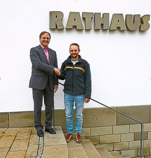 Vöhringens Bürgermeister Stefan Hammer begrüßt den neuen Förster Philipp Hirschenauer  Foto: Gemeindeverwaltung Vöhringen Foto: Schwarzwälder Bote