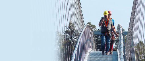 Als einer der ersten hat Schwabo-Reporter Bernd Mutschler die neue Hängebrücke Wild Line in Bad Wildbad getestet. Foto: Bechtle