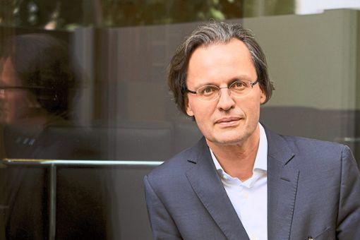 Bernhard Pörksen fragt in einem Vortrag in der Hochschule, weshalb Lügen derzeit so erfolgreich sind.   Foto: Hassiepen Foto: Schwarzwälder Bote