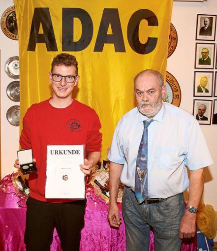 MSC-Black-Forest-Vorsitzender Rudolf Gaiser (rechts) verleiht die ADAC-Ewald-Kroth-Medaille in Bronze an Domenik Stadler.   Foto: Wagner Foto: Schwarzwälder Bote