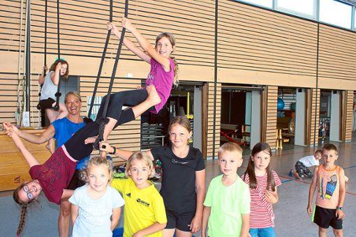 Die Grundschüler bereiten sich auf die Zirkusvorstellungen am Freitagnachmittag in der Silberdistelhalle vor.   Foto: Köncke Foto: Schwarzwälder Bote