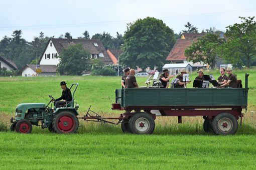 Rudi's Blechhaufa sorgte für musikalische Unterhaltung. Die Musiker wurden auf einem Anhänger durch den Ort gezogen.  Fotos: Ketterle Foto: Schwarzwälder Bote