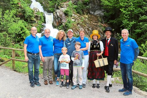 Über eine gelungene Fotoaktion am Triberger Wasserfall freut sich das rotarische Team samt Trachtenträgern.   Foto: Rotary-Club Foto: Schwarzwälder Bote