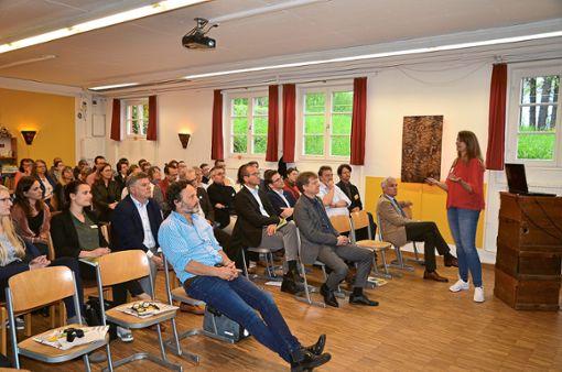 Aufmerksam lauschen die Schulleiter dem Vortrag von Rebecca Schmitz.  Foto: Reich Foto: Schwarzwälder Bote