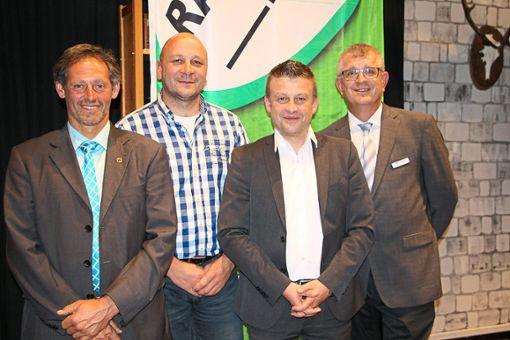 Geschäftsführer Adrian Steiner (rechts) und Aufsichtsratsvorsitzender Klaus Doll (von links) mit dem wiedergewählten Aufsichtsrat Simon Wolber und dem scheidenden Mitglied Reiner Wöhrle.   Fotos: Beule Foto: Schwarzwälder Bote
